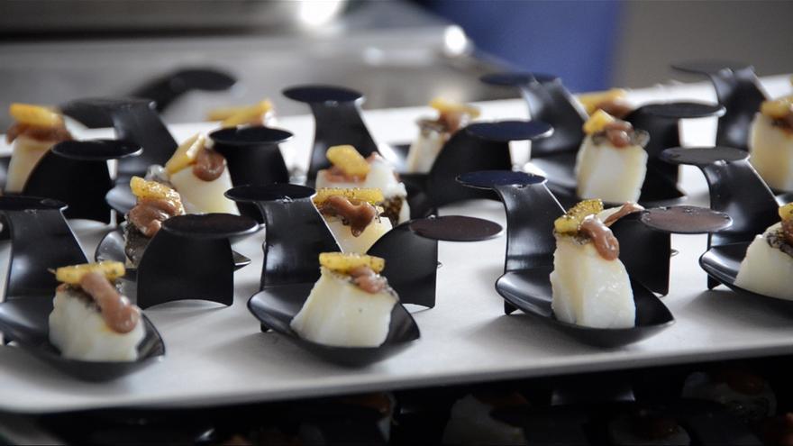 Fernando Canales reparte entre los bilbaínos pinchos elaborados con bacalao de Islandia