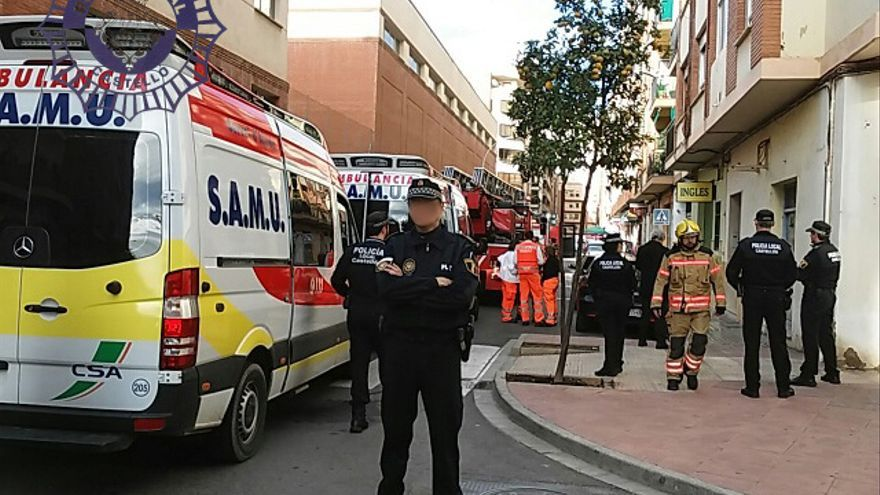 La Policía Local corta la calle para que sanitarios y bomberos intervengan en el incendio.