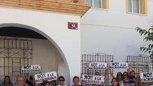 Miembros de la plataforma a las puertas del Ayuntamiento de San Pedro