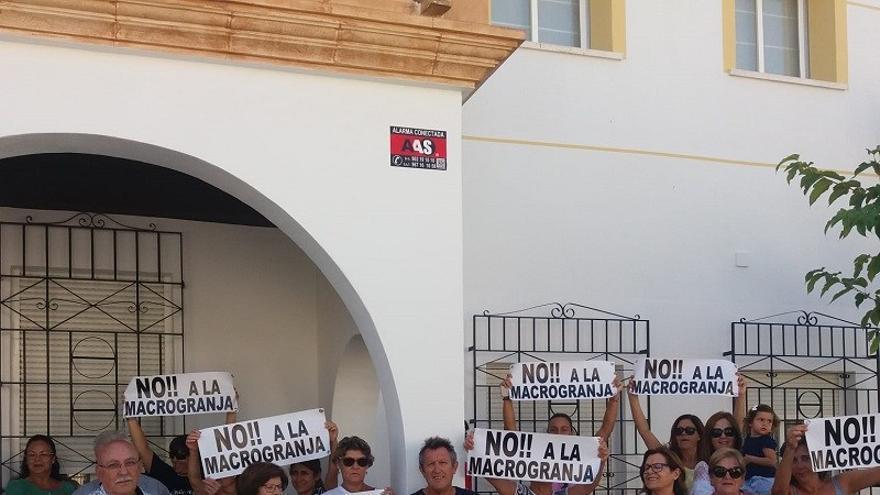 Miembros de la plataforma a las puertas del Ayuntamiento de San Pedro, este lunes