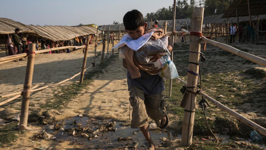 Este punto de distribución está situado junto a la clínica de MSF, al lado del área de expansión del asentamiento provisional de Nayapara. La gente viene aquí para recibir ropa y otros artículos esenciales como sal, aceite, arroz y azúcar. Foto: Anna Surinyach.