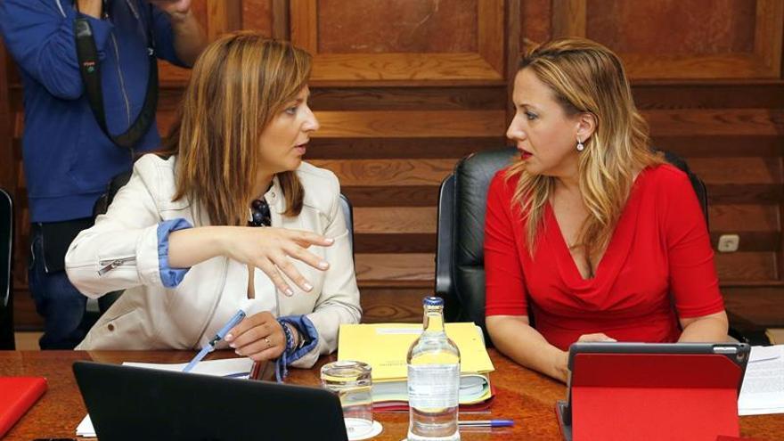 Las consejeras de Política Territorial, Nieves Lady Barreto (i), y de Economía, Rosa Dávila (d), durante la reunión semanal del Consejo de Gobierno.