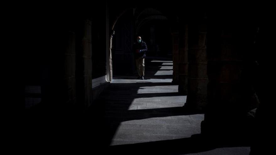 Un hombre con mascarilla camina por una calle de Ourense.