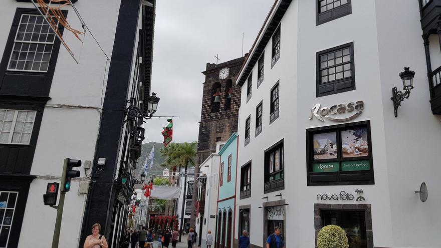 Calle Real de Santa Cruz de La Palma con la torre de la Iglesia de El Salvador, al fondo.