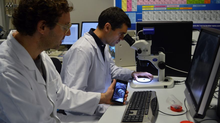 Los técnicos analizan los restos de chatarra espacial en los laboratorios de la UPCT