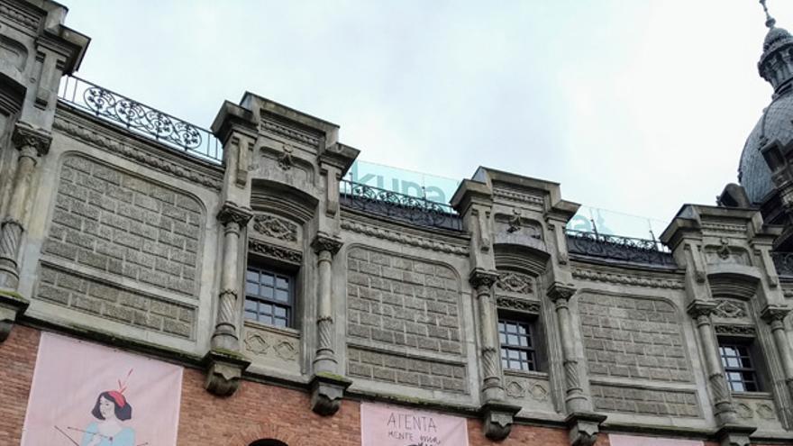 "La obra ""Atentamente mía"" de Ane Pikaza decorando la fachada de Azkuna Zentroa"