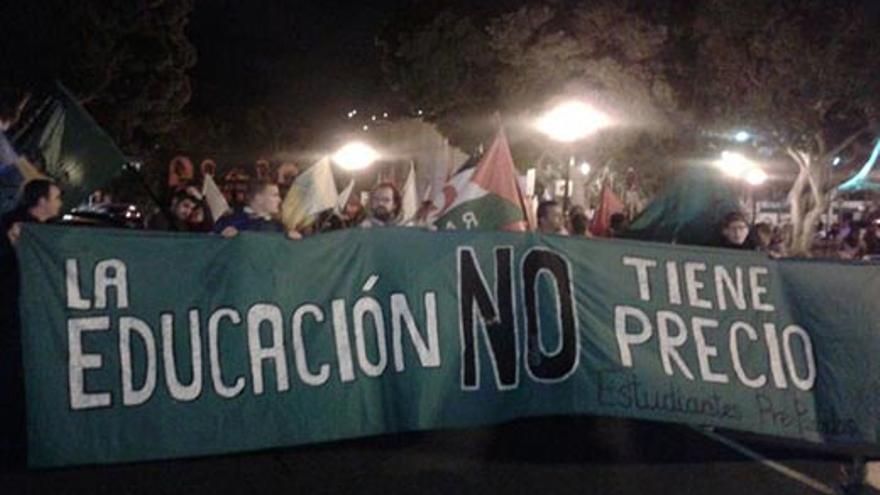 La manifestación convocada por los estudiantes contra la LOMCE partió de la Plaza del Obelisco de Las Palmas de Gran Canaria.