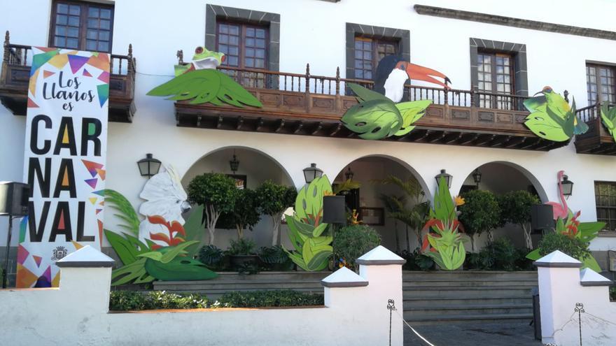 Fachada del Ayuntamiento con la decoración del Carnaval.