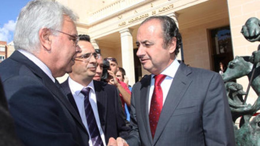 El ex presidente del Gobierno Felipe González y el presidente de la Diputación d