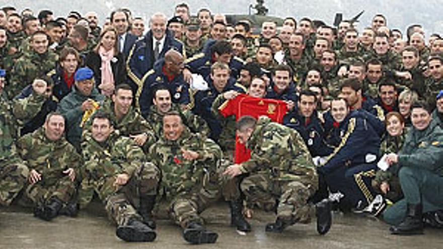 La selección visitó a las tropas españolas destinas en Bosnia. (RFEF)