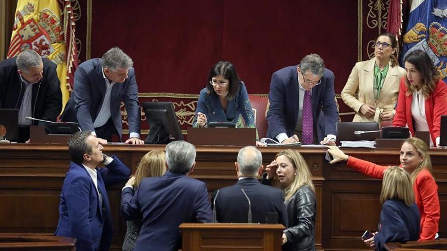 La presidente del Parlamento de Canarias, Carolina Darias, reunida con la Mesa y los Portavoces de los grupos.