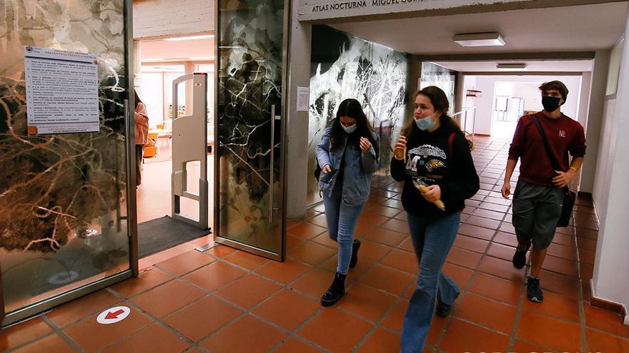 Alumnos ayer en la Facultad de Filosofía y Letras | MADERO CUBERO