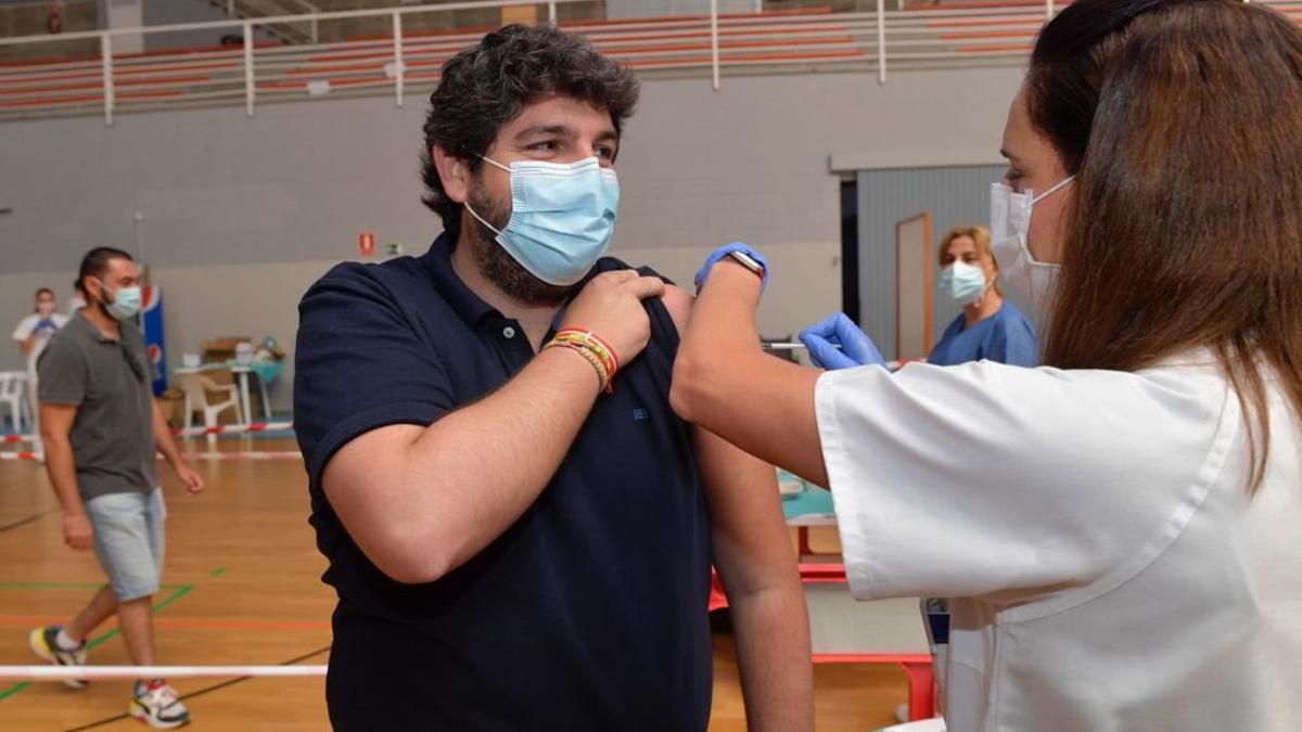 El presidente de la Región de Murcia, Fernando López Miras, vacunándose contra el coronavirus