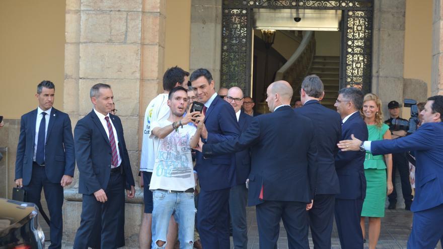 Pedro Sánchez, president del Govern, es fa una fotografia amb un ciutadà a Castelló.