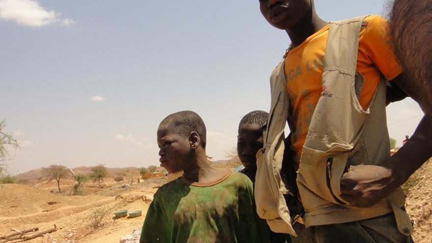 Muchos niños y adolescentes abandonan la escuela para dedicarse a trabajar en los pozos.