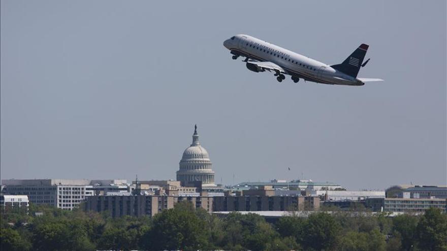 Un juez autoriza a American a dejar la bancarrota y fusionarse con US Airways