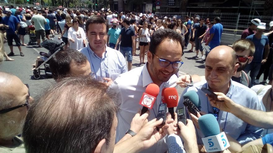 Antonio Hernando atiende a los medios antes de asistir a la primera mascletà de las Fogueres de Sant Joan