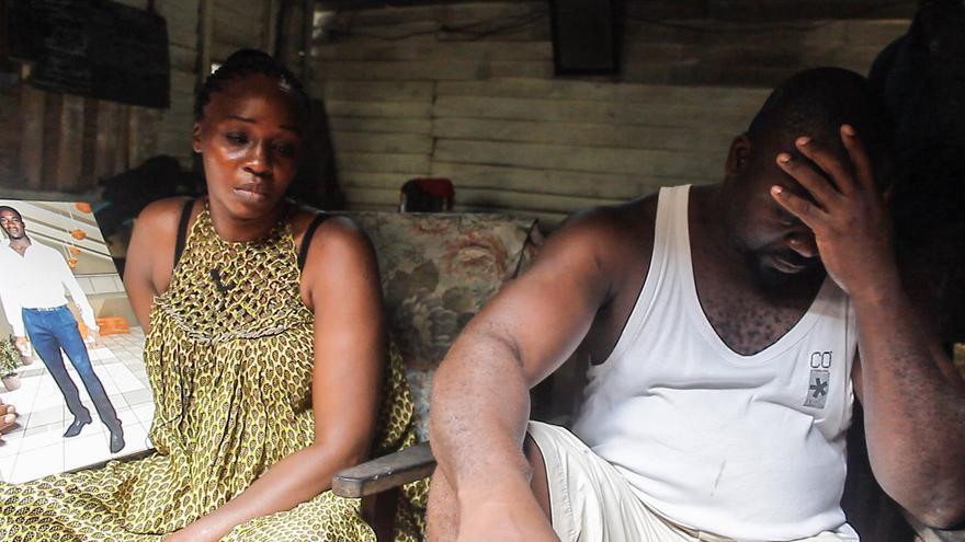 Los hermanos de Nana Chimie Roger se emocionan en uno de los momentos del rodaje del documental que recoge los testimonios de las familias de las víctimas del 6 de febrero, en Ceuta.   Imagen cedida por Caminando Fronteras.