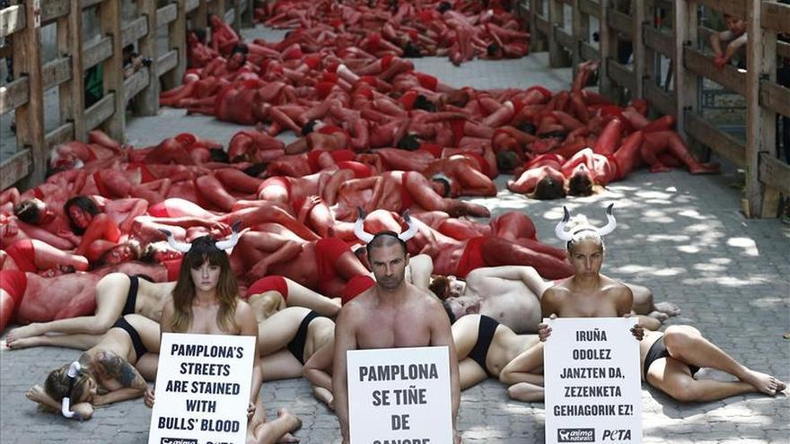 """Antitaurinos protestan en Pamplona por la """"sangre"""" que teñirá los sanfermines"""