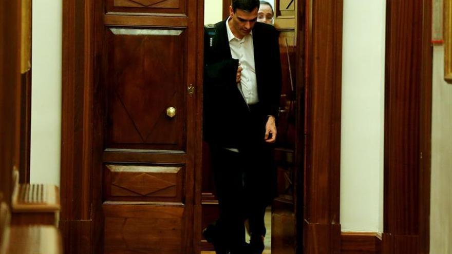 Pedro Sánchez, sale de su despacho para abandonar el Congreso de los Diputados