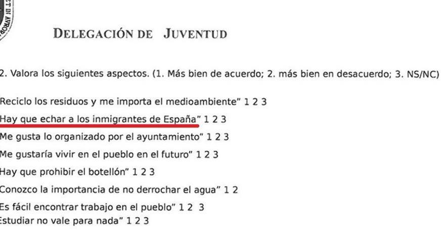 Captura de la encuesta en la que el Ayuntamiento de Carmona (PP) pregunta a los estudiantes si hay que echar a los inmigrantes de España.