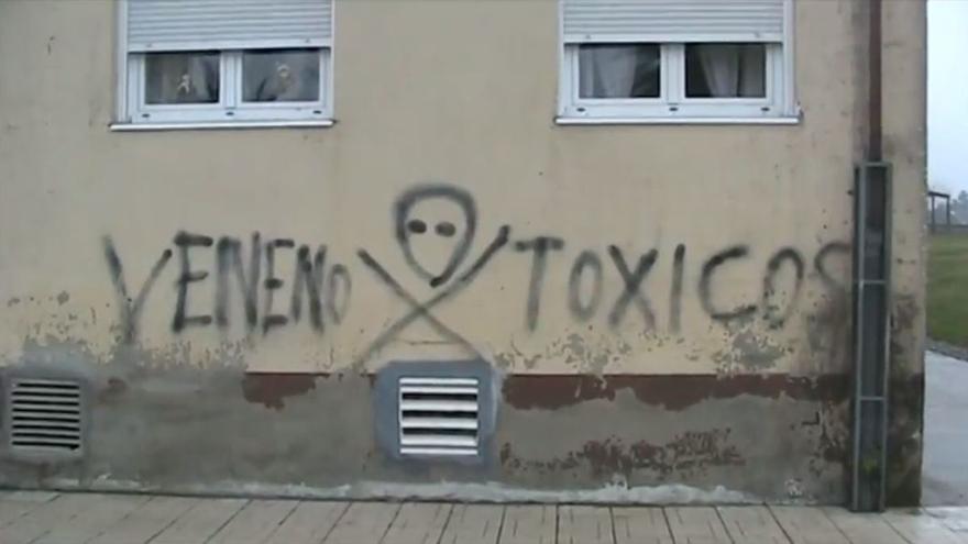 Pintada en uno de los edificios construidos en O Porriño sobre el depósito de residuos
