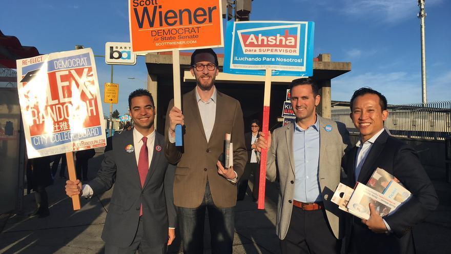 Scott Wiener, con el cartel naranja, haciendo campaña en California.