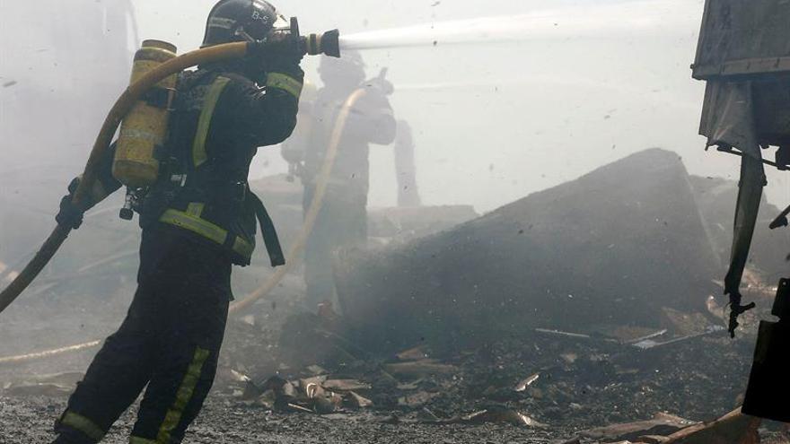 Arde el exterior de una nave de reciclaje de papel en Madrid sin heridos