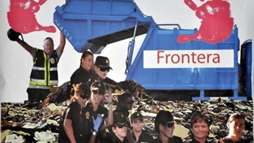 Cartel en el que las agentes aparecen junto a basura