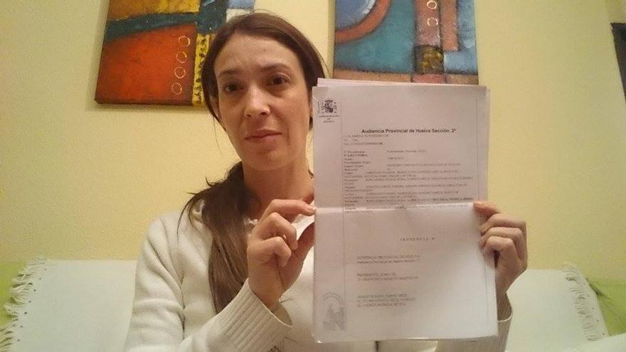 Natalia muestra a eldiario.es/andalucia la sentencia que la condena a prisión.