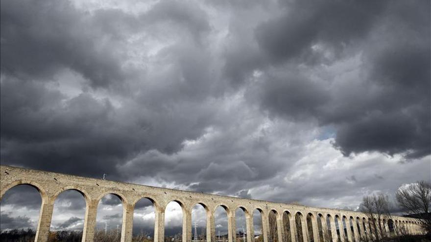 Un mago navarro recorre 500 metros de un acueducto encadenado y a ciegas