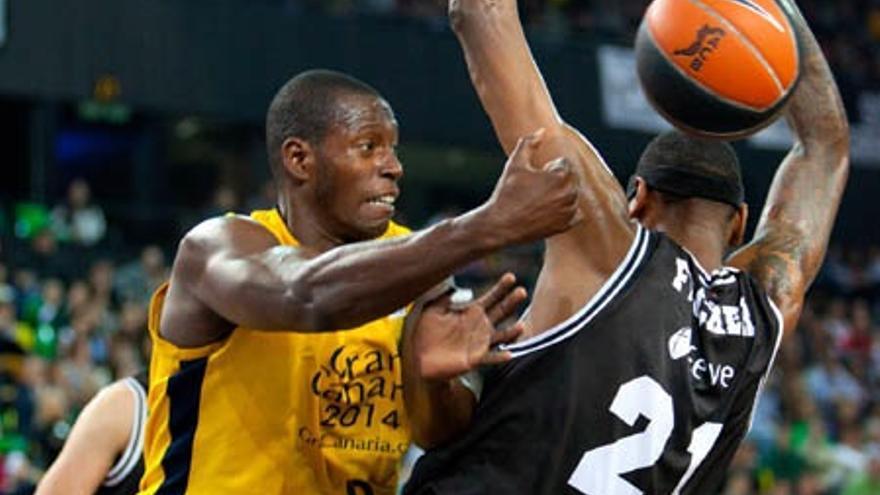 Palacios lucha un balón en el partido (cbgrancanaria.net).