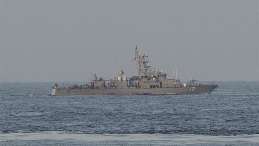 Un buque de la Armada de EE.UU. hace disparos de advertencia a un barco de Irán