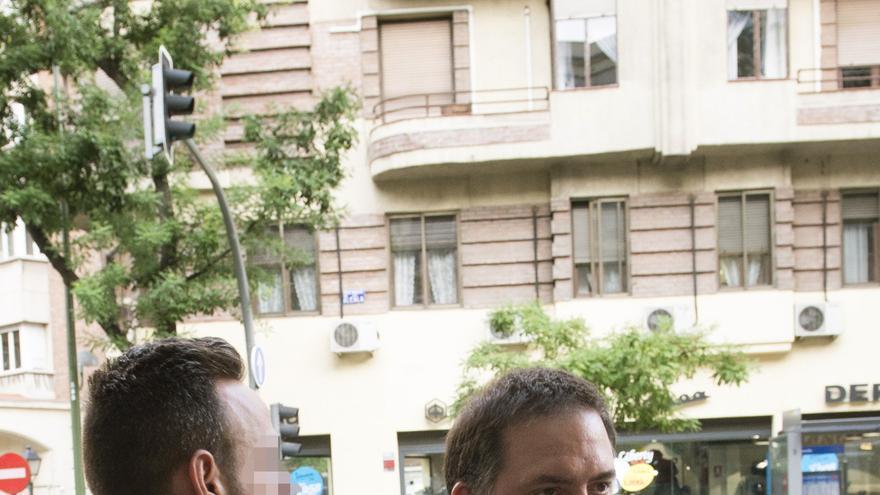 El hijo de Ángel María Villar, Gorka Villar, escoltado por un Guardia Civil tras su detención