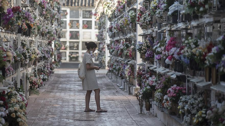 Una mujer en el cementerio de San Rafael | TONI BLANCO
