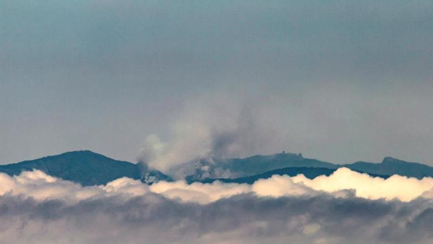 Vista desde la isla de Tenerife de la columna de humo del incendio declarado en Gran Canaria. EFE/Ramón de la Rocha