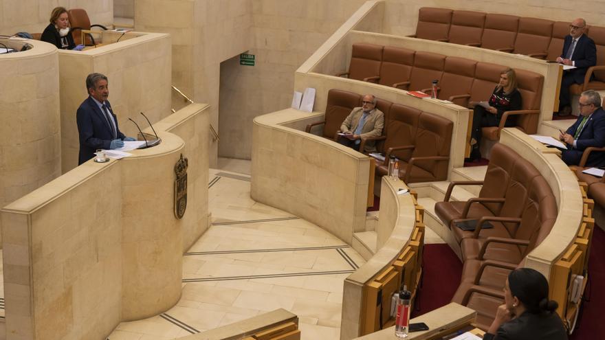 El presidente de Cantabria, Miguel Ángel Revilla, en el Parlamento. Archivo.