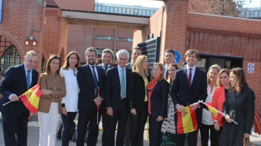 Casado, la cúpula del PP y los 'barones' del partido apoyan la labor de la Policía en Cataluña delante de las comisarías