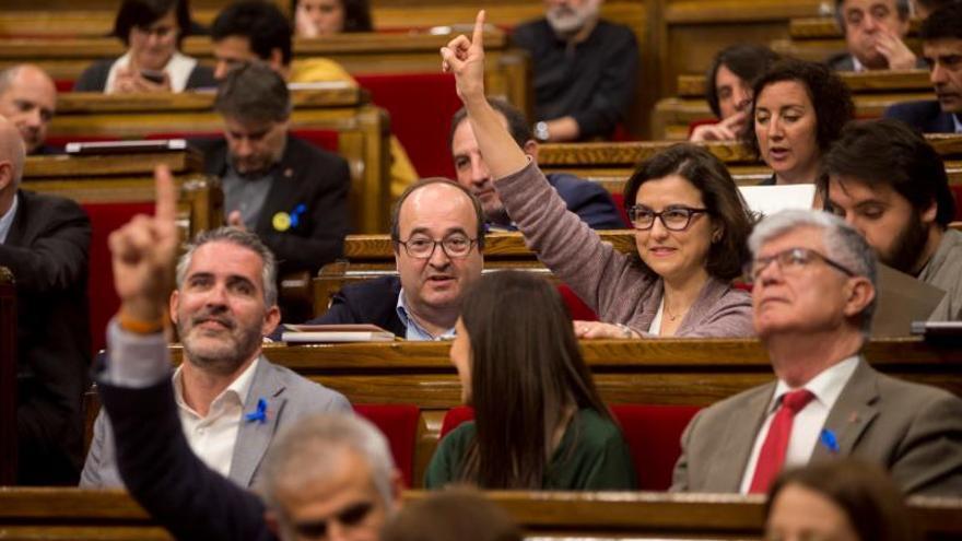 La portavoz parlamentaria del PSC, Eva Granados (c), junto al primer secretario del partido, Miquel Iceta (i), durante un pleno en el Parlament.