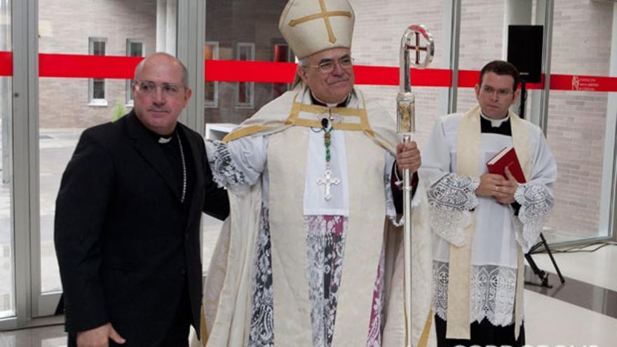 El obispo, durante la inauguración del colegio de la Trinidad | MADERO CUBERO