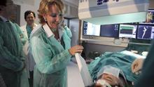 Esperanza Aguirre visita un hospital cuando era presidenta de la Comunidad de Madrid. A la izquierda, el exconsejero de Sanidad, Javier Lasquetty. / Efe