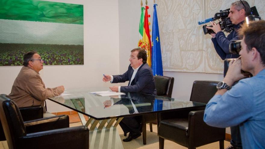 Reunión de trabajo del alcalde de Almendralejo, José María Ramírez, y el presidente de la Junta de Extremadura, Guillermo Fernández Vara