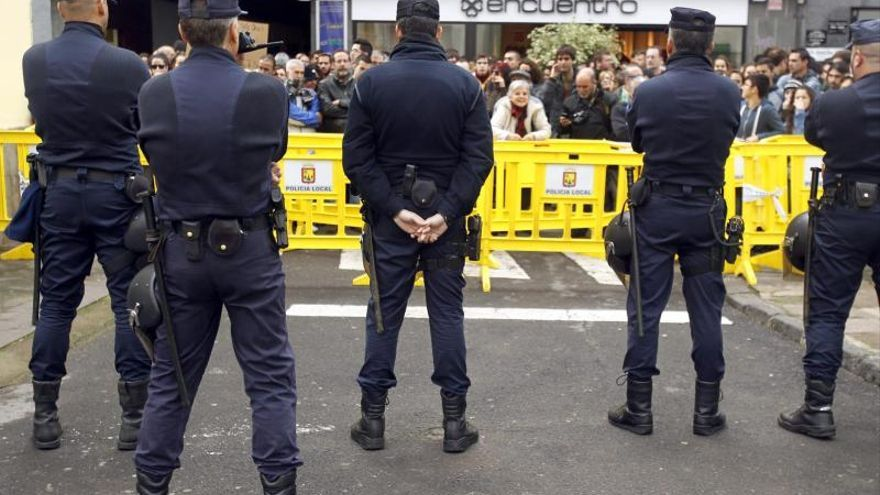 Unas 3.000 personas participan en una protesta durante una visita de Wert
