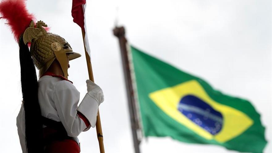 Un soldado de la Guardia Nacional fue regitrado este viernes al montar guardia en la rampa del Palacio de Planalto, en Brasilia (Brasil).