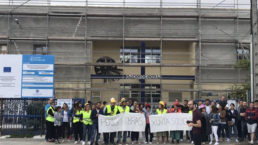 Protesta de familias ante el CEIP Cervo, en Lugo