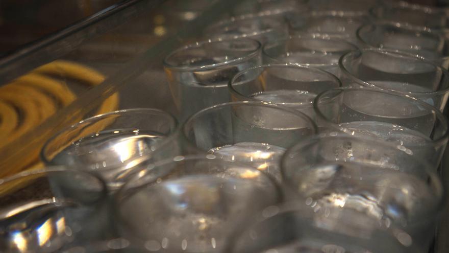 La famosa chocolatería de San Ginés en Arenal tiene siempre vasos de agua disponibles para sus clientes.