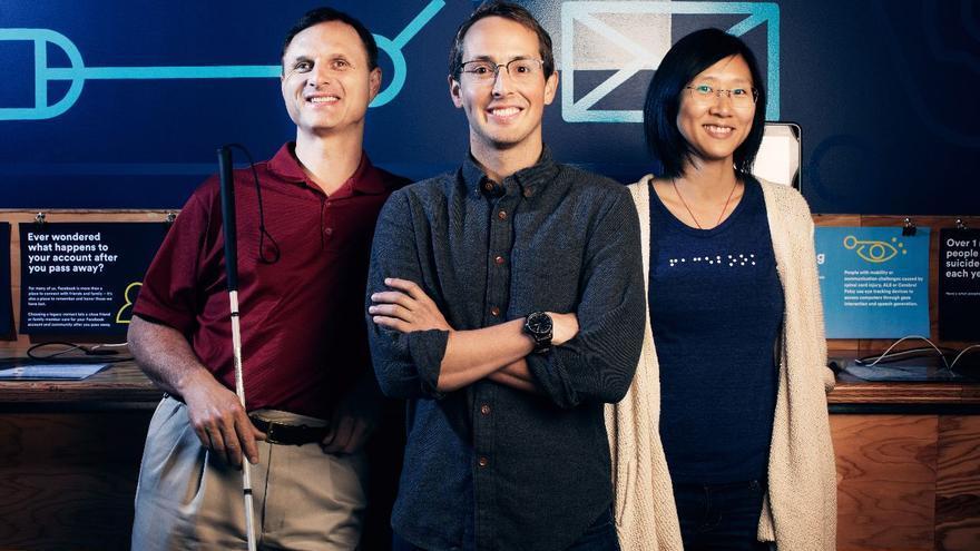 Matt King, a la izquierda, con el equipo de accesibilidad