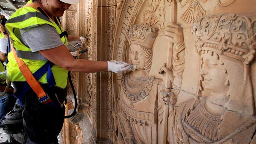 La obra de un grafitero decimonónico en la fachada de Universidad Salamanca