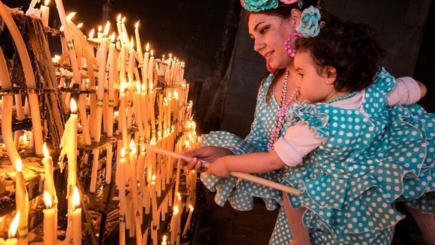 Miles de personas esperan la salida Virgen del Rocío dentro y fuera Santuario