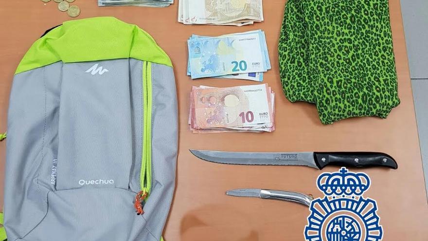 Objetos y dinero intervenidos al arrestado. (POLICÍA NACIONAL)